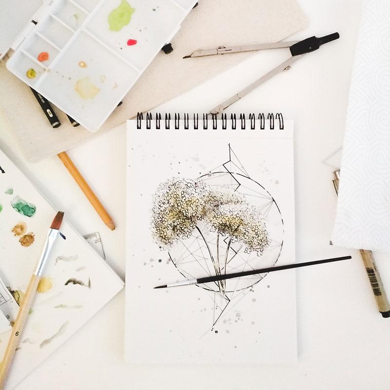 Tapeta botaniczna z hortensjami marzec 2019. Podgląd na biurko w trakcie malowania grafiki.