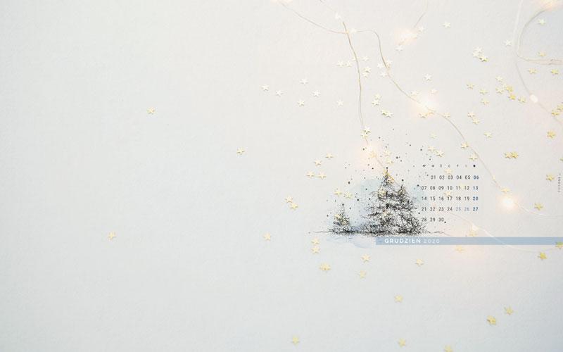 Zimowa tapeta na grudzień 2020 - widok całości tapety z ręcznym rysunkiem choinek i kalendarzem na grudzień 2020